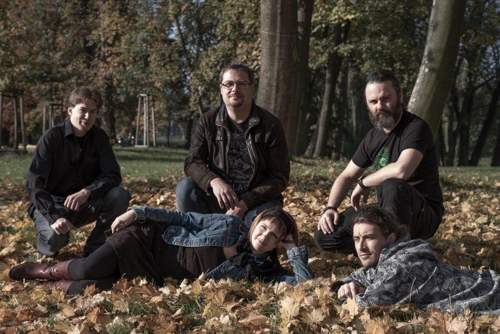 Fajnbeat v podzimním listí, foto Rejka Balcarová
