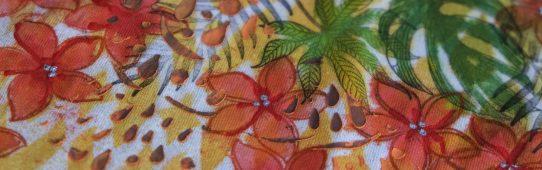 Detail trička s exotickými motivy