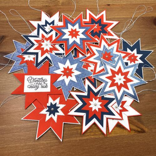 Hotové vánoční hvězdy pro Motol s bavlnkou na zavěšení a vánočním textem na zadní straně