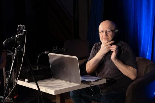 Pepa Balcar telefonuje Mírovi Ošancovi v live streamu Petrovy cihelny 14. 11. 2020 v Jesenici.