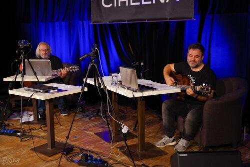 Míra Ošanec a Dušan Bitala hrají své písničky v live streamu Petrovy cihelny 14. 11. 2020 v Jesenici.