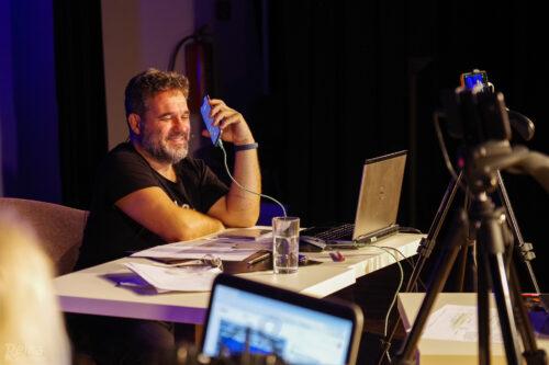 Dušan Bitala vede telefonický rozhovor s hosty live streamu Petrovy cihelny 14. 11. 2020 v Jesenici.