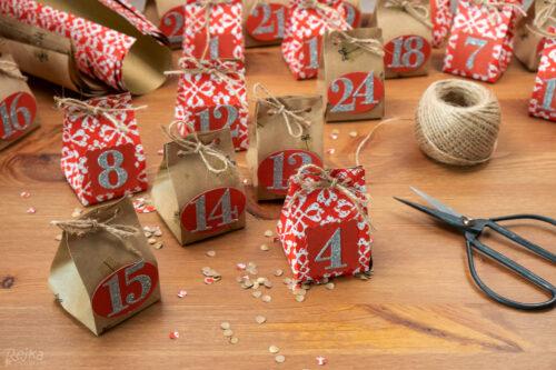 Adventní kalendáře z  balicího papíru jsou téměř hotové.