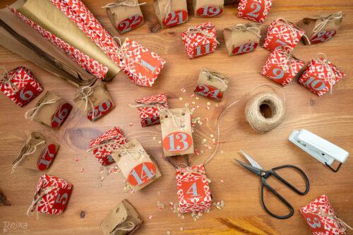 adventní kalendáře z balicího papíru, nůžky, děrovačka, provázek