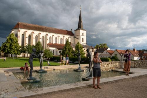 sochy Olbrama Zoubka, děti i dospělí v klášterní zahradě zámku Litomyšl