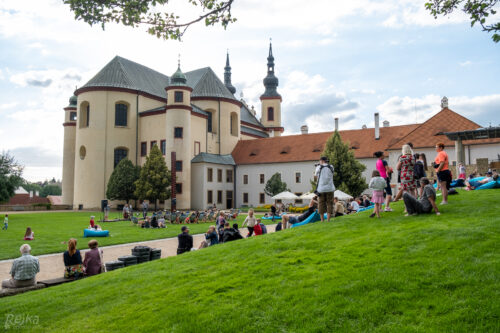 diváci koncertu skupiny Rendez-fou v zahradách zámku Litomyšl