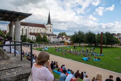 publikum koncertu skupiny Rendez-fou na trávníku u zámku Litomyšl, v pozadí kostel