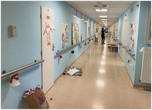 chodby jednotky transplantace kostní dřeně v Motole se vánočně zdobí v době adventu
