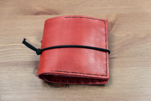 ručně šitá červená kožená peněženka - zavřená