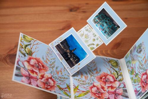 fotky na stojánku se při otevření stránky rozevírají a otáčejí zároveň