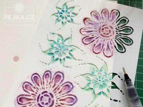 Šablona s květinami, papír Imagine, vodní štětec - příprava papíru pro skládané miniabum.
