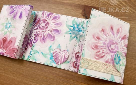 Skládané minialbum z ručně dekorovaných papírů