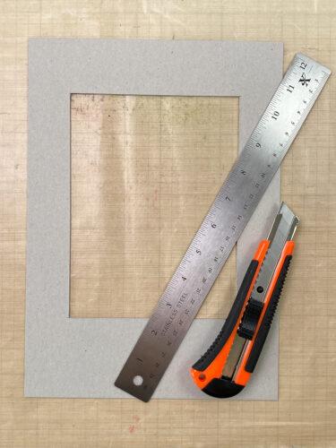 kartonový rámeček vyřezaný nožíkem podle kovového pravítka