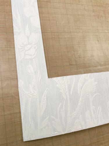 rámeček natřený gessem a strukturovací pastou přes šablonu