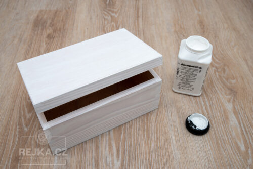 dřevěná truhlička natřená bílým gestem