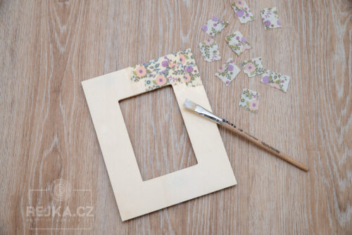 dřevěný rámeček a papíry Décopatch natrhaný na malé kousky